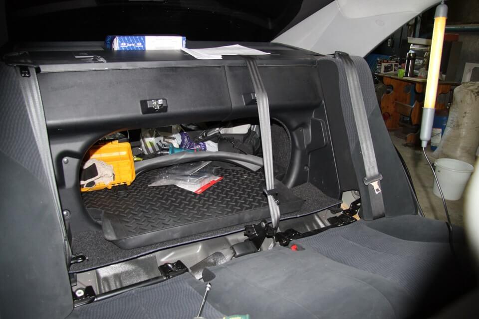 Демонтаж передней части напольного покрытия багажника