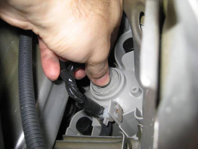 Замена поворотной лампы в автомобиле Тойота Камри 40