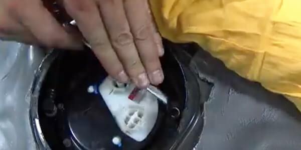 С помощью отвертки открутите защитную крышку, которая крепится на нескольких шурупах, снимите ее.