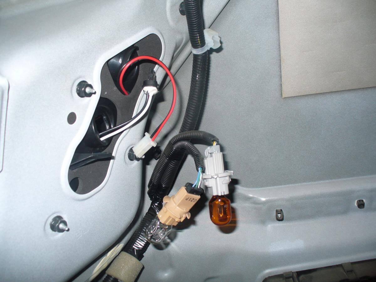 Замена лампочек задних фар у Тойота Камри