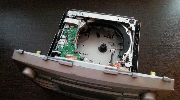 Как вытащить застрявший диск